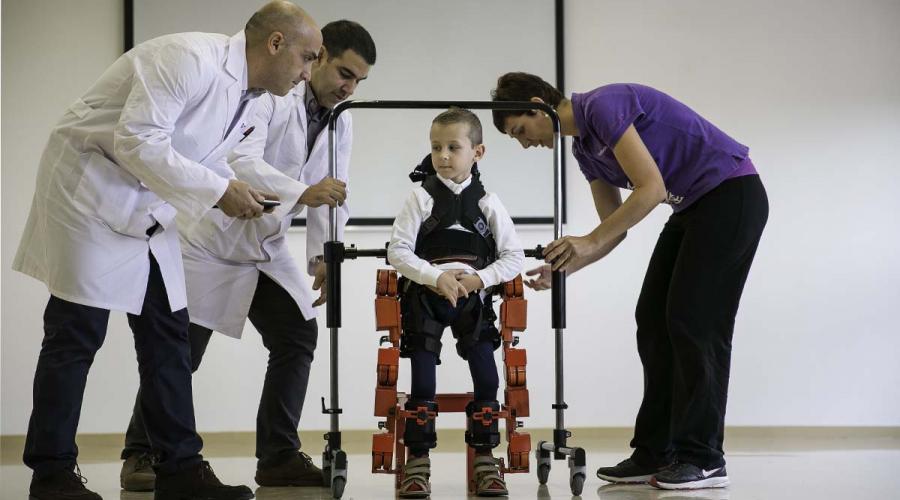 sant-joan-deu-usa-exoesqueleto-para-probar-terapias-atrofias-musculares-1511963155050